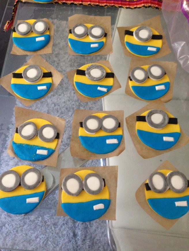 Minions cupcakes 12