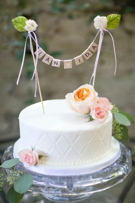 Garland in weddng cake